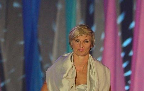 """Barbora Špotáková (atlet ika) """"Všechno špatně! Přestože je útlá, stříbrné šaty jí přidávají. V módě evidentně tápe, chtělo by to poradu s odborníky."""""""