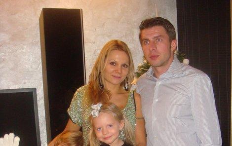 Rodinka vyšle tátu do silvestrovského mače. Zleva syn David, mamka Lucie, dcera Klaudie a taťka Zdeněk.