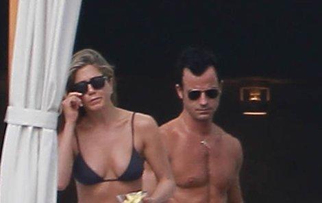 Jennifer odhalila zcela netěhotné bříško, Justin zase vypracované svaly.