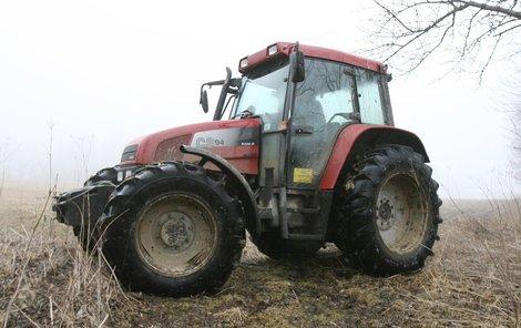 Chlapec neměl za volantem  traktora co dělat. (Ilustrační foto)