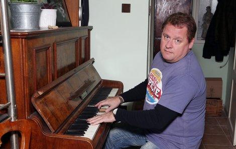 Václav Kopta za klavírem,