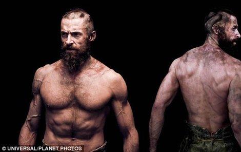 Ale Hugh je silák a navíc muž mnoha tváří.