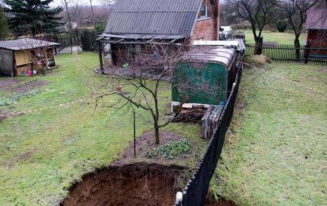 Díra na pomezí dvou zahrad v Horním Jiřetíně. Objevila se cca ve 3 hodiny ráno 7.1.2013