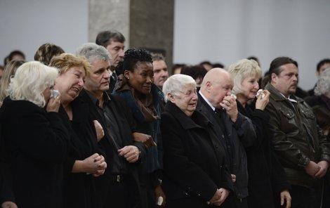 Žal a slzy. Bývalá přítelkyně Václava Ndeshi plakala vedle rodičů zesnulého – maminky Renaty a otce Václava staršího.