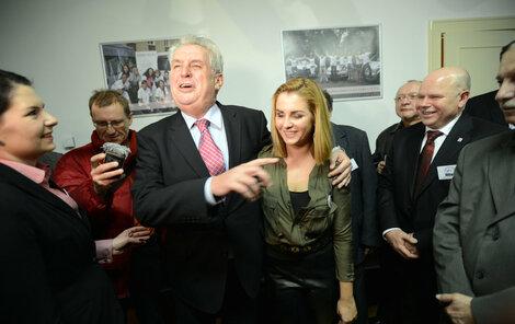 """Miloš Zeman těsně vyhrál první kolo a hlásal: """"Kačenka je moje hlavní zbraň!"""""""