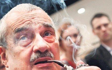 """Kníže Karel Schwarzenberg: """"Tak ještě naposledy potáhnu z dýmky míru a pak se do Miloše pustím."""""""