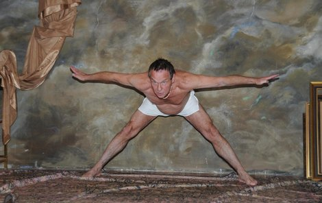 Saudek při focení využil znalostí z gymnastiky. Bříško už ale gravitace táhne k zemi.