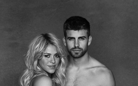 Odvážný snímek těhotné Shakiry a jejího partnera Piquého. Sluší jim to.Uf, mám toho dost! Když Shakira není zrovna v ateliéru, už tak úchvatně nevypadá.