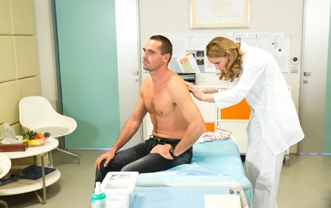 Pacient Roman Šebrle na prohlídce u doktorky Magdy Mázlové. Trápilo ho, že nebyl před kamerou dostatečně osvalený.