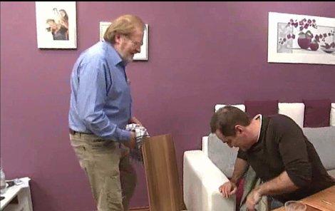 Etzler s Vlasákem zkoumají rozsah poškození židle.