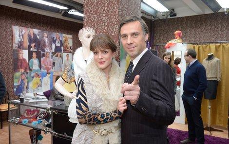 Andrea Kerestešová a Roman Vojtek. Seriáloví manželé Dvořákovi jako úspěšní podnikatelé v devadesátých letech.