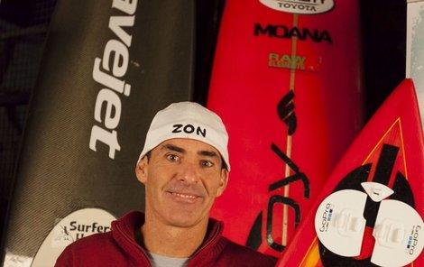 Při tom se tají dech! Legendární surfař Garrett McNamara (45) sjel v portugalském Nazare obří vlnu, která měla přes třicet metrů!