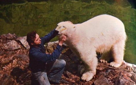 Na téhle fotce z knihy Za oponou zoo autorů Karla Tilče a Jaroslava Eliáše je Kukulín ve věku 2,5 roku s tehdejším veterinářem brněnské zoo Tilčem.