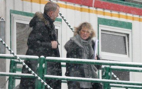 Sněhová vánice rozcuchala Vondráčkovou tak, že byla k nepoznání. Na snímku odchází s Milanem Zykou z botelu Admirál.