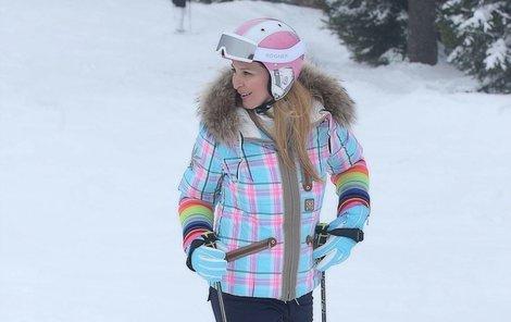 Nenápadná bunda cenově někde uprostřed. Ivana chce hlavně lyžovat. bunda 40 000 Kč  helma 10 000 Kč  kalhoty 10 000 Kč