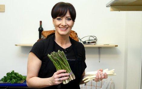 Daniela Šinkorová se připravuje na chřestovou specialitu.