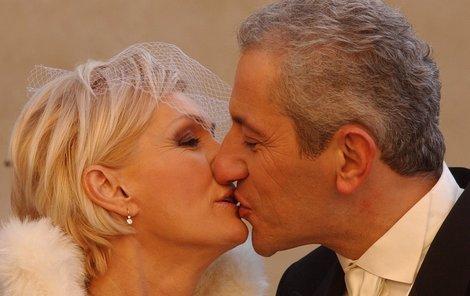 Vondráčková si brala Michala 22. února 2003 na hradě Karlštejně. V následujících letech to neměli vůbec jednoduché. Řada lidí, především Helenin bratr Jiří a jeho rodina, se od zpěvačky kvůli sňatku s Martinem odvrátila.