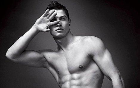 Ronaldo se dennodenně kouká na obraz svého těla. Jen na něm nemá spodní prádlo.