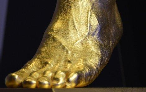 Zlatá replika Leovy nohy za 103 milionů korun.Čtyřnásobný nejlepší fotbalista světa Messi.Prodávat se bude i 50 menších kopií za 2 miliony Kč.