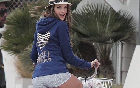 Alessandra je sexy i na kole.