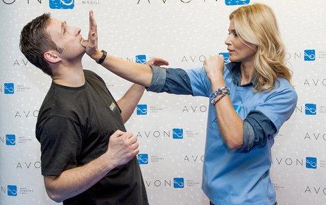 Obrana proti chytání za vlasy nebo facce: Obrana proti facce. Daniela současně kryje útok na obličej/facku a přechází do protiútoku úderem do obličeje.