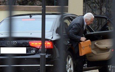 Do práce míří pilný pracant s okrovou koženou kabelou. Vystupuje z fungl nové limuzíny.