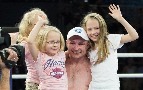 Vy moje štěstíčka! Taťka Lukáš zdvihnul v ringu všechny tři dcerky najednou.