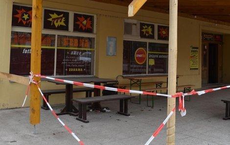 Opilá školačka zdemolovala i předzahrádku restaurace.
