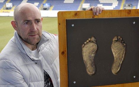 Štajner s odlitkem svých nohou, který dostal za sto gólů.