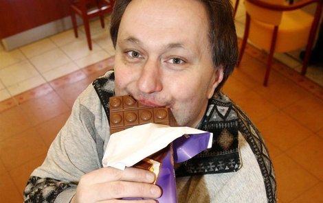 Pavel jí čokoládu s láskou.