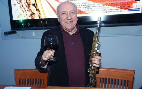 Felix už dopředu připíjí na své 70. narozeniny a zároveň oslaví 50 let kariéry se saxofonem.