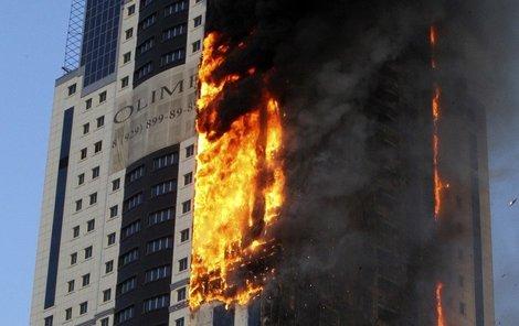 Oheň se budově rychle šířil.