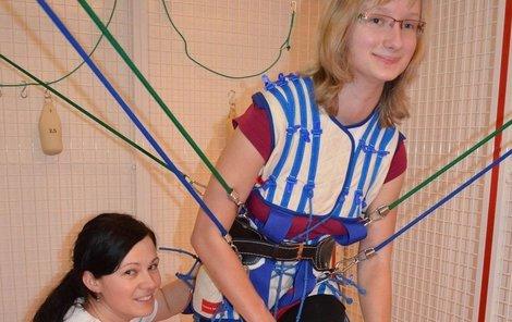 peciálně vyškolená fyzioterapeutka Adéla Pchálková je v kleci Zuzčinou pravou rukou. Naučila ji i koordinovat pohyb na pohyblivé plošině.