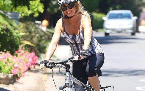 Goldie Hawn je veselá cyklistka.