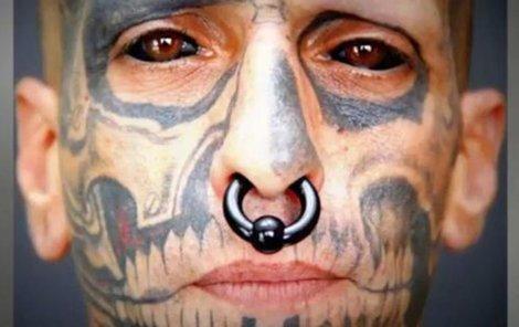 Santos je ze svého očního tetování nadšený.