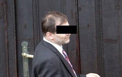 Policista odchází od soudu. Za obtěžování byl zatím potrestán jen srážkou z platu.
