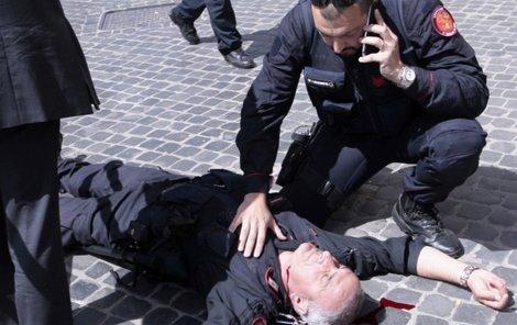 Jednoho z policistů postřelili do krku.