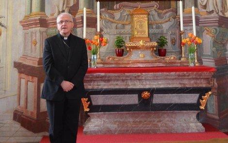 Oprava, odstranění šedé výmalby, trvala tři roky. Na snímku »pan domácí« biskup Jan Baxant.
