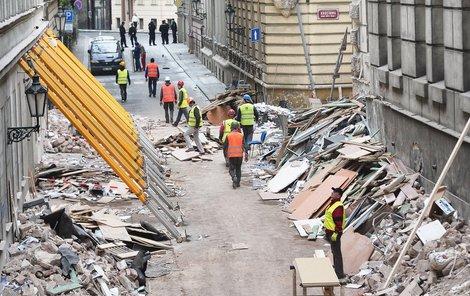 Budovu FAMU zadržují proti případnému pádu šikmé nosníky.