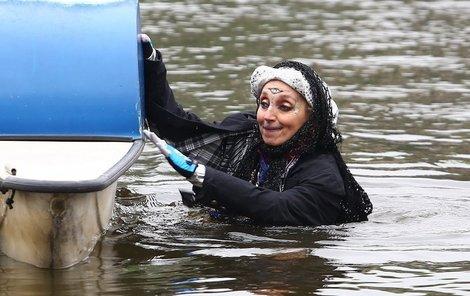 Kratochvílová neuměla ovládat šlapadlo, tak skočila do vody a táhla šlapadlo ke břehu.