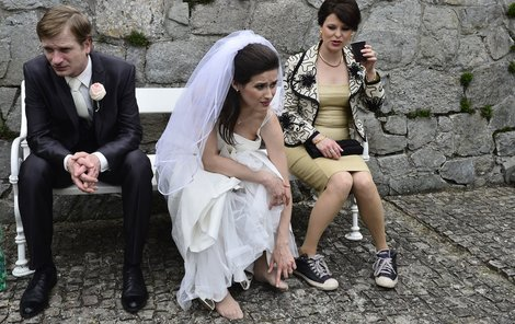 Herečka Lucie Štěpánková může jen tiše závidět své kolegyni Betce Stankové její kecky. Z lodiček má nohy celé bolavé.