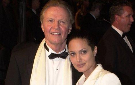 Angelina Jolie s otcem Jon Voightem v roce 2001. Krátce poté došlo ke sváru, který vyvolal desetiletou nenávist.