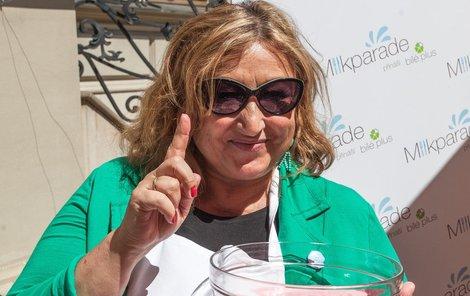 Halina Pawlowská vyrábí svou vlastní zmrzlinu.