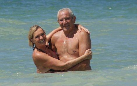 S manželem Martinem Michalem dováděli v mořských vlnách.