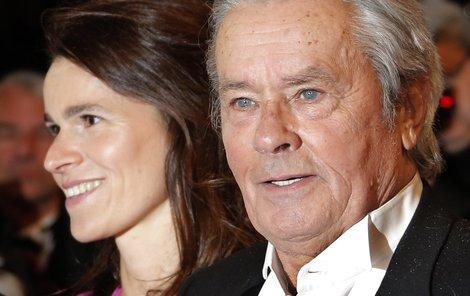 Krásná Aurélie Filippetti a slavný Alain Delon byli ozdobou sobotního večera v Cannes.Alain a Aurélie přišli ruku v ruce.»Merci«, poděkovaní herce publiku.Luciano Lutring