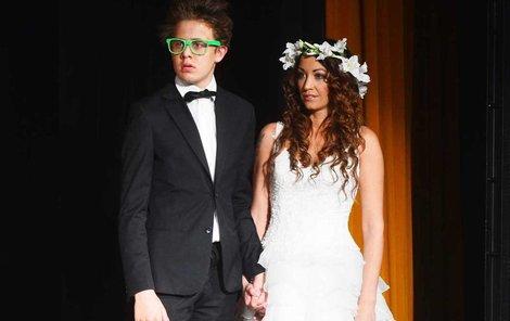 27. květen: Na divadelních prknech si modelka veselku zopakovala, tentokrát se svým bratrem Vincentem.
