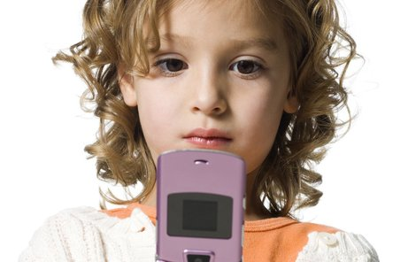 Téměř tři čtvrtiny dětí u nás už mají mobily.