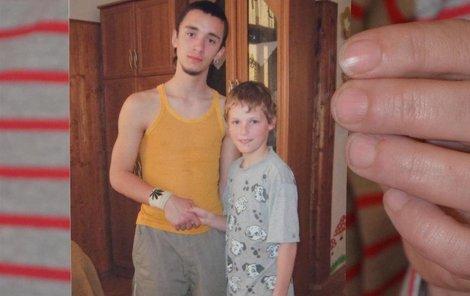 Zoufalá matka Ivona Miková ukazuje fotku syna Viktora s jeho mladším bráškou.