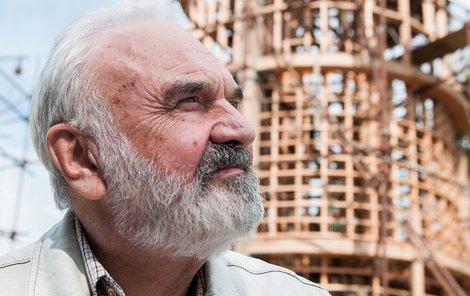 Rozhledna Maják Járy Cimrmana má být zpřístupněna už na začátku prázdnin. Na její stavbu se přijel podívat i Cimrmanův duchovní otec Zdeněk Svěrák (77).