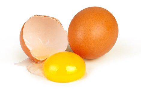 Slepice musí zobat barvivo, aby byl žloutek pořádně žlutý.